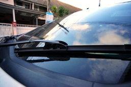 จอดรถกลางแดดต้องยกใบปัดน้ำฝนจริงหรือ?