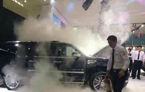 อึ้ง! รถหรูไฟไหม้กลางงานมอเตอร์โชว์จีน