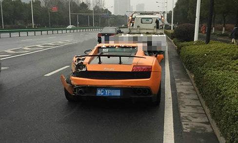 เจ้าของรถซุปเปอร์คาร์หรู Lamborghini Gallardo ทิ้งรถหน้าตาเฉยหลังประสบอุบัติเหตุ