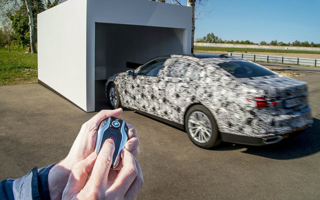 BMW ซีรี่ย์ 7 ใหม่ มาพร้อมระบบเข้าจอดด้วยรีโมท