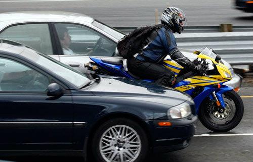 เทคนิคขับขี่มอเตอร์ไซค์ยามรถติด
