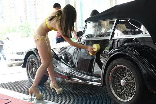 อื้อหือ! ร้านล้างรถสุดสยิว นุ่งบิกินี่ตัวจิ๋วให้ลูกค้าดู!