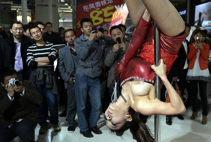 พริตตี้จีนเต้นรูดเสากลางงานมอเตอร์โชว์