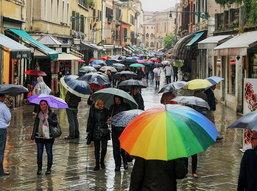 8 ไอเท็มเด็ด! พกติดตัวเที่ยวหน้าฝนให้คงความสวยไม่ต้องหวั่นเลอะเลือน!