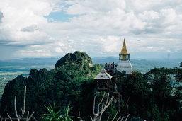 Unseen Thailand ชมวิวทิวทัศน์แบบ 360 องศาบนยอดเขา วิมานลอยฟ้า  กับ วัดพระบาทปู่ผาแดง อำเภอแจ้ห่ม จ.ลำปาง