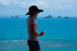 ::: โรงแรมที่ก่อนตายต้องไปสักครั้ง ::: สวรรค์สีฟ้ากับสระว่ายน้ำหลากสี จุดชมวิวพระอาทิตย์ตกดินงามที่สุดของอ่าวไทย...