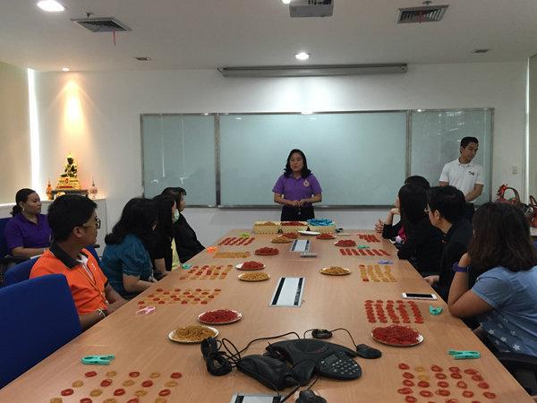 จิตอาสาโรงเรียนศรีวิกรม์ สาธิตวิธีการทำยางยืดเพื่อสุขภาพ@ธนาคารธนชาต