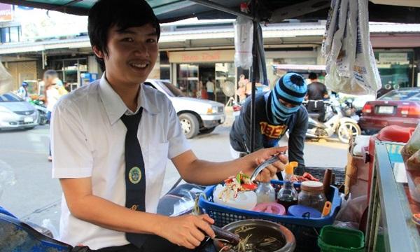 ลูกค้ามากันตรึม! หนุ่มหล่อยอดกตัญญู ช่วยพ่อแม่ขายส้มตำ ส่งตัวเองเรียนปริญญาตรี!