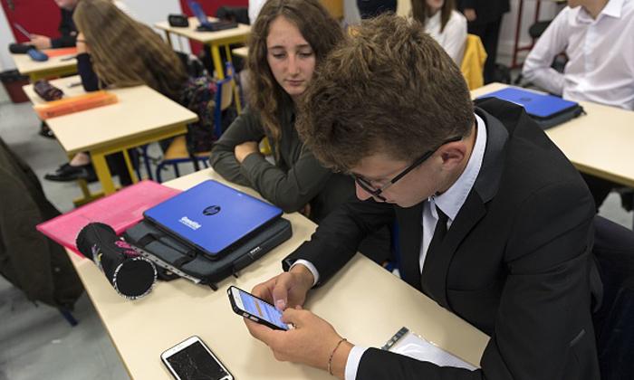 ฝรั่งเศส ออกกฎห้ามเด็กนักเรียนอายุต่ำกว่า 15 ใช้โทรศัพท์มือถือในโรงเรียน