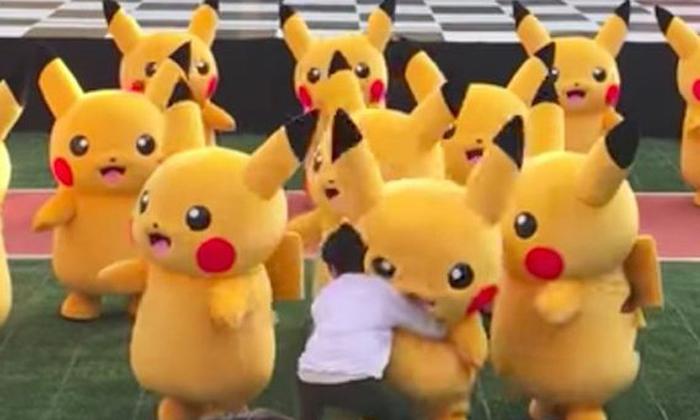 """ดูวุ่นๆแต่ก็น่ารัก ย้อนชม """"Pikachu"""" ฟีบกลางงานอีเว้นท์ที่เกาหลี"""