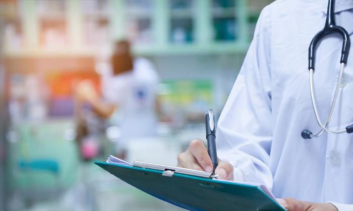 """แพทย์ในสหรัฐอเมริกา ตกเป็นเป้า """"ถูกเลือกปฏิบัติ"""" โดยคนไข้"""
