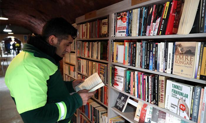 """ปฏิบัติการกอบกู้ """"หนังสือจากกองขยะ"""" มาทำ """"ห้องสมุด"""" อันเป็นที่รักของคนตุรกี"""