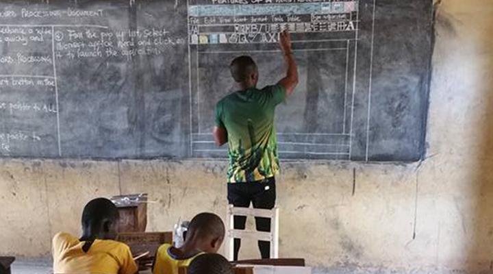 """การเรียนรู้มีทุกที่ """"คุณครูชาวกานา"""" สอนคอมพิวเตอร์บนกระดานดำ"""
