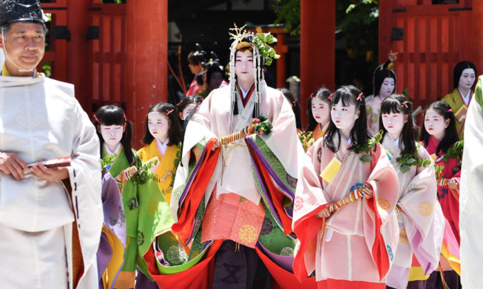 """ประมวลภาพความขลังของขบวนพาเหรดขุนนาง ในงานเทศกาล """"อะโอะอิ"""" แห่งเมืองโบราณเกียวโต"""
