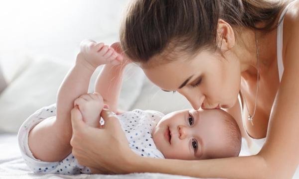 """ผลวิจัยเผย """"ความฉลาดของลูกได้มาจากแม่"""" มากกว่าพ่อ"""
