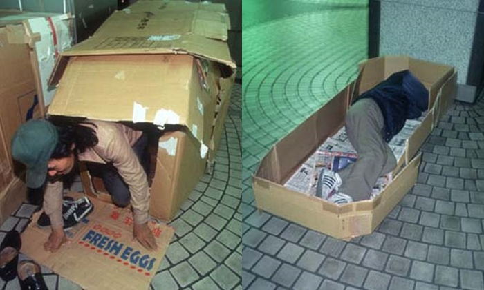 """ชีวิตไม่ง่าย! เผยชีวิต """"มนุษย์กล่อง"""" ที่ใช้สถานีรถไฟเป็นที่ซุกหัวนอน"""