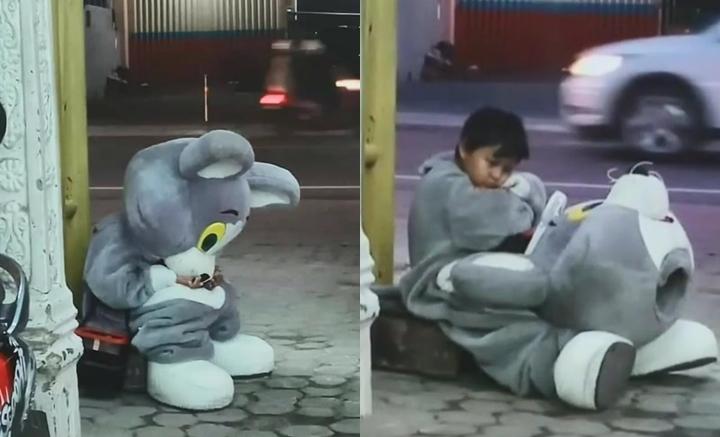 เด็กน้อย 9 ขวบ ทำงานแบ่งเบาภาระที่บ้าน จนต้องนั่งพักคาชุดข้างถนน