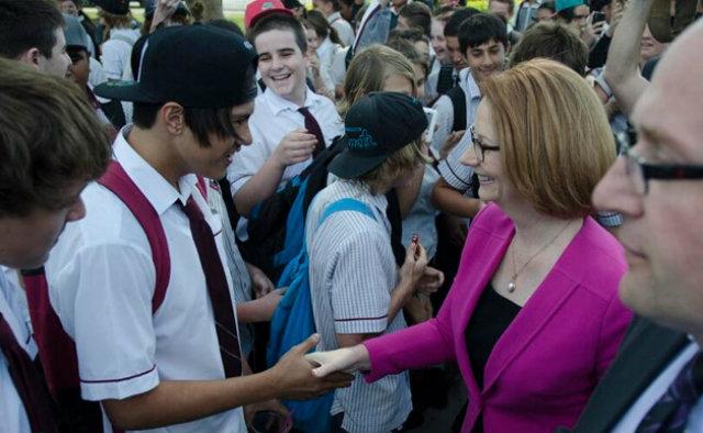 เล่นแรง! นายกฯ ออสซี่ถูก นักเรียนขว้างแซนด์วิชใส่ระหว่างเยี่ยมร.ร.มัธยม