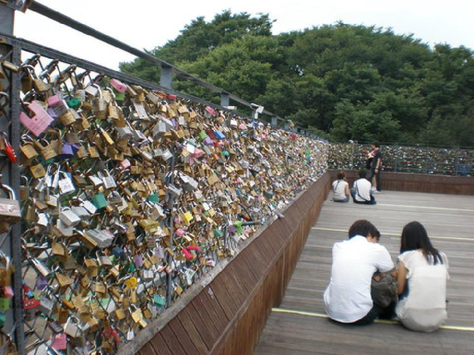 """รวมภาพสถานที่ """"เลิฟ ล็อคส์"""" ทั่วโลก ล็อคความรักให้มั่น รักกันจนวันตาย"""