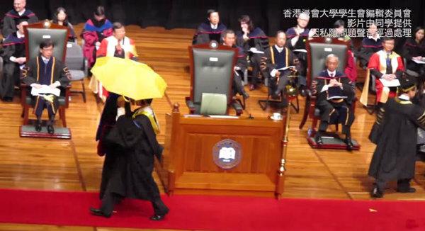 """ยังไม่ล่ม! นศ.ฮ่องกง """"กางร่ม"""" กลางเวทีรับปริญญา ชี้มหา′ลัยควร""""เอาใจใส่ต่อสังคม"""""""