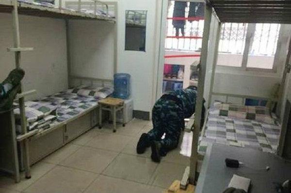 นักเรียนทหารจีนเลียส้วมพิสูจน์ความสะอาด หลังครูฝึกบอกยังสะอาดไม่พอ