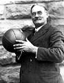 เจมส์ ไนสมิธ คิดค้นกีฬาบาสเก็ตบอลได้สำเร็จ
