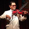เอื้อ สุนทรสนาน ครูเอื้อเป็นนักดนตรี นักร้อง นักแต่งเพลง ผู้ก่อตั้งวง สุนทราภรณ์