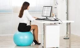 """7 ประโยชน์ดีๆ ของการนั่งทำงานบน """"ลูกบอลฟิตเนส"""""""