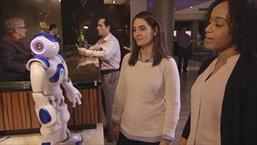 คอนนี่ หุ่นยนต์ต้อนรับสำหรับธุรกิจบริการที่มีเทคโนโลยีวัตสันอยู่เบื้องหลังตัวแรกของโลก กำลังต้อนรับล