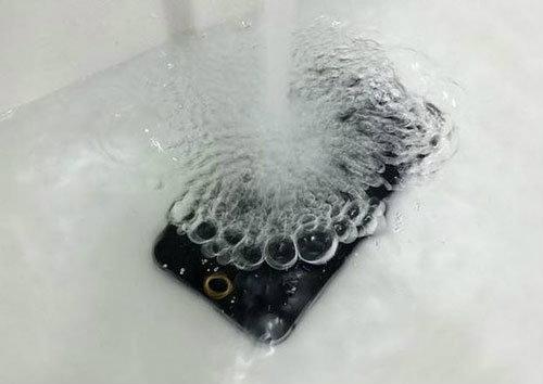 ใช่ iPhone 6 หรือไม่ ? เพราะกันน้ำได้ด้วยอ่ะ