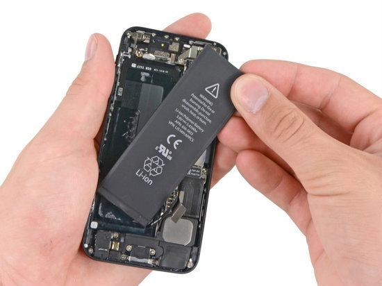 อลหม่าน!! เปลี่ยนแบตฯไอโฟน 5 ไม่ง่ายอย่างที่คิด สาวกรอจนเงิบเพียบ