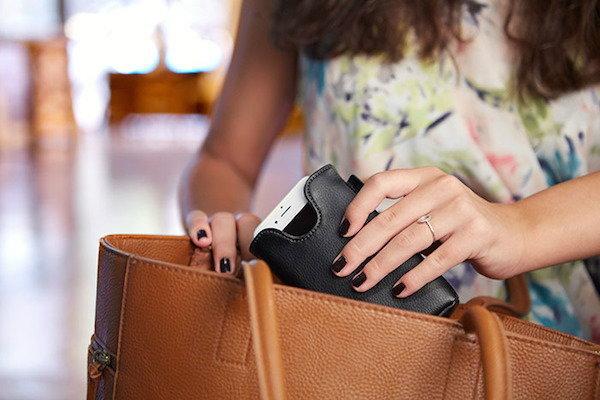 นี่สิเจ๋งจริง! ซองใส่มือถือหนังแท้ ชาร์ตแบตมือถือได้ในตัวแบบไร้สาย