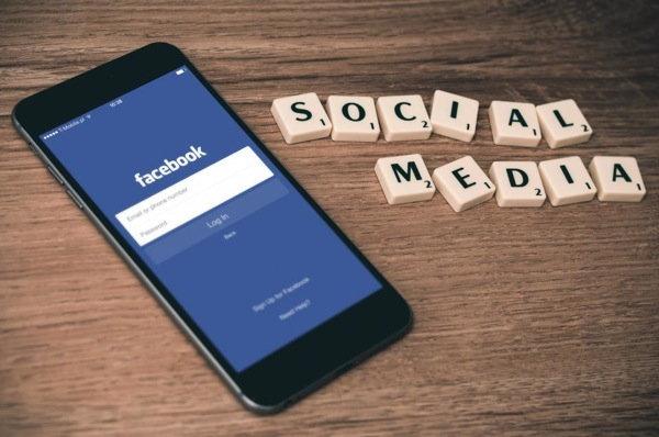 ผู้ใช้มีอึ้ง เมื่อ Trending Topics ของ Facebook ดูแลโดยเด็กจบใหม่