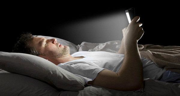 อันตรายจากการเล่นมือถือก่อนนอน แต่สามารถป้องกันได้ ถ้าหากทำแบบนี้...?