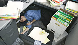 งีบหลับกับโต๊ะทำงานโดยไม่ระมัดระวัง อาจส่งผลเสียหายร้ายแรง