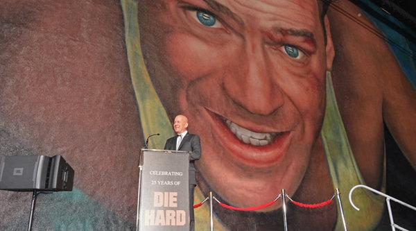 บรูช วิลลิส รับเกียรติประทับภาพไซส์ยักษ์!!