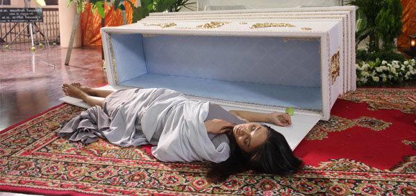 ยุ้ย เล่นจริง นอนโลงศพ ไม่กลัวอาถรรพ์ ใน สุสานคนเป็น