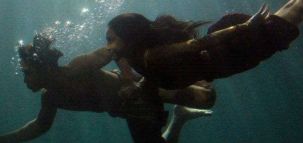 """เบื้องหลังฉากใต้น้ำสุดวิจิตรใน """"แผลเก่า"""" นิว-ใหม่ ทุ่มสุดตัวอยู่ใต้น้ำนานกว่า 5 ชั่วโมง"""