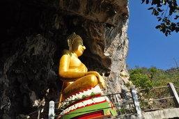 เที่ยวเทศกาลสงกรานต์ ขึ้นเขา 'ไหว้พระ' ชมถ้ำเอราวัณโยงตำนาน 'นางผมหอม' ที่หนองบัวลำภู