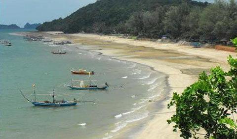เที่ยวหาดทรายรี สักการะกรมหลวงชุมพร เขตรอุดมศักดิ์