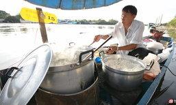 """ข้าวต้มเรือ """"ตาเจ๊ก"""" เรือขายข้าวต้มลำสุดท้าย..แห่งลุ่มแม่น้ำแม่กลอง"""