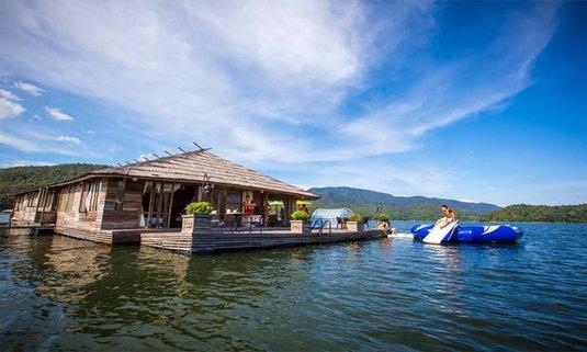 พักกาย พักใจ ไปล่องลอยบนสายน้ำกับMountain Float ทีพักกลางเขื่อนแม่งัด เชียงใหม่