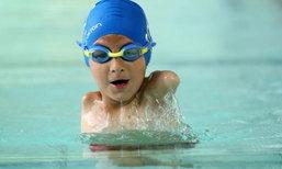 """""""มีชีวิตก็ต้องสู้"""" หนูน้อยวัย 6 ขวบแม้ไม่มีแขน แต่เป็นแชมป์ว่ายน้ำ"""