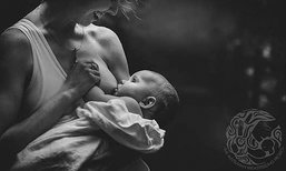 ภาพแม่ให้นมลูกฉบับขาวดำสุดคลาสสิก