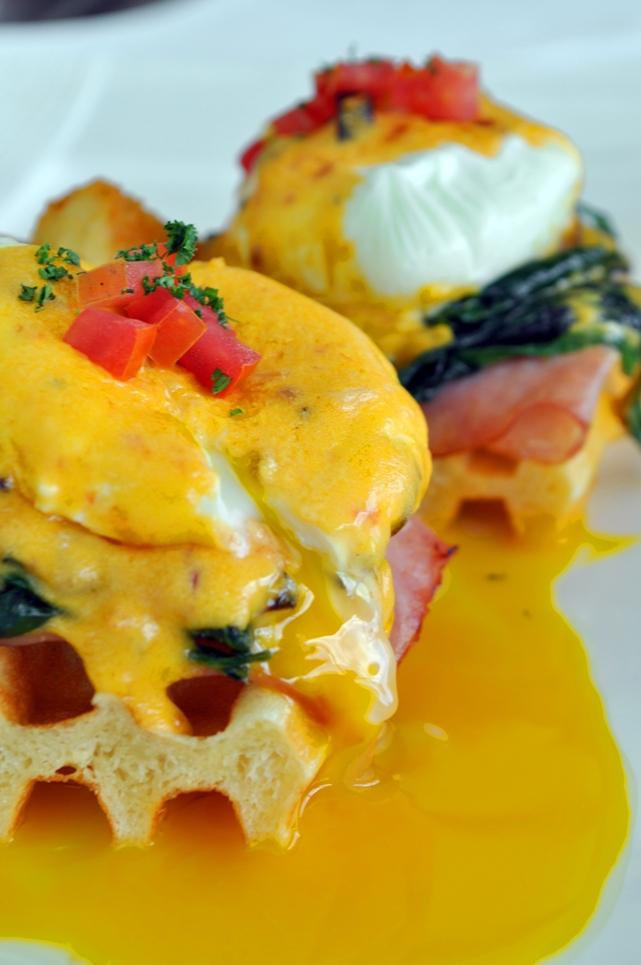 ไข่เบเนดิกต์ (Eggs Benedict) อาหารเช้าแสนโรแมนติกริมแม่น้ำ