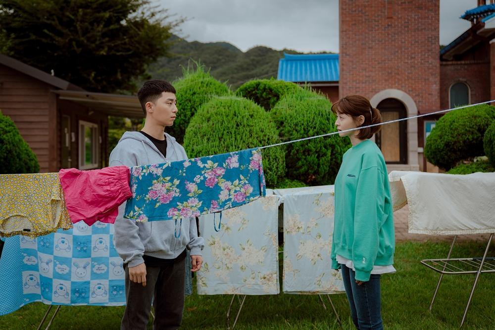 """รีวิว Itaewon Class เหล่า """"คนนอก"""" ที่ขอใช้ชีวิตแม้จะหวานปนขม (สปอยล์)"""